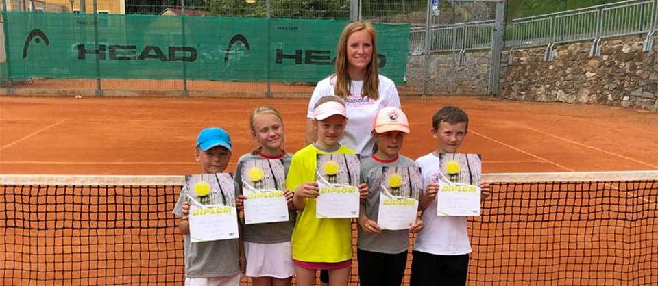 Die Baby-Tennisspielerinnen verzeichneten ihren ersten Erfolg